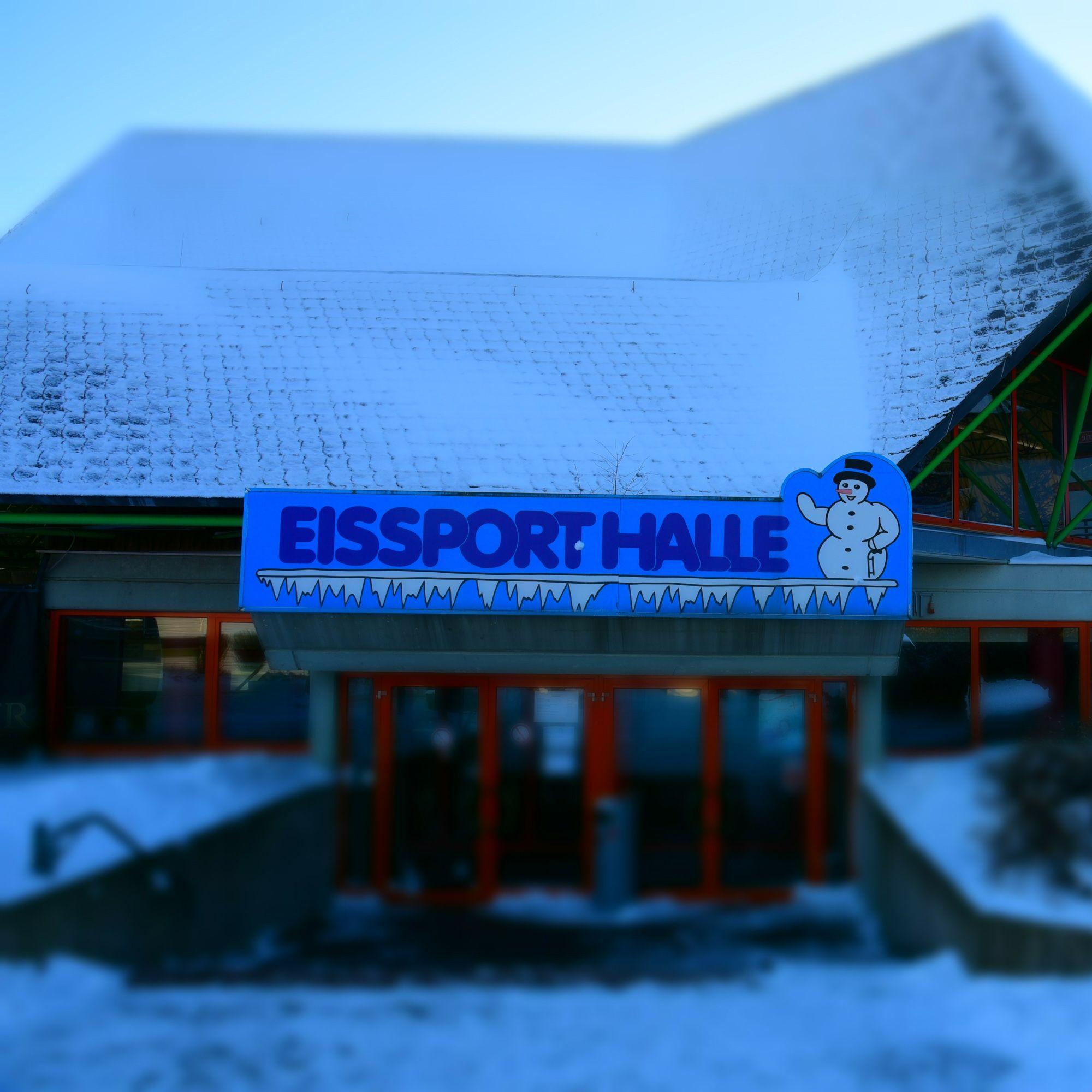 Die Eissporthalle In Willingen Ist Ganzjahrig Geoffnet Schlittschuh Eislauf Eishockey Hockey Eiskunstlauf Foto Y Sit Schlittschuhe Sport Eislaufen