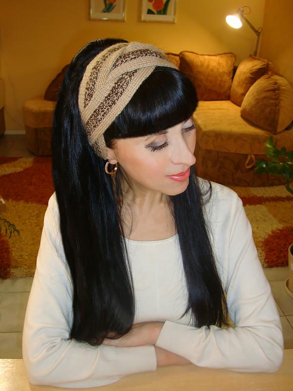 стильная вязаная повязка на голову с оригинальным дизайном сделает