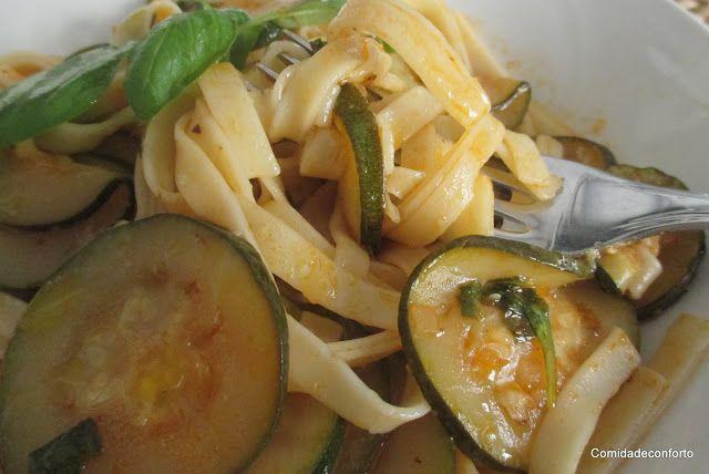 Fettuccini com Molho de Tomate e Courgette