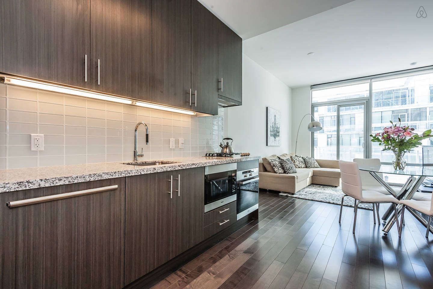 Superb Downtown Waterfront Condo - Toronto Airbnb | Business and ...