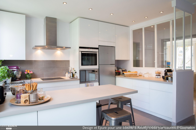 Une cuisine contemporaine et lumineuse grâce à la présence dune verrière
