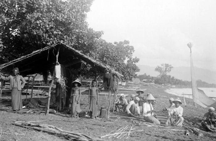 COLLECTIE TROPENMUSEUM Tidorese vissers tijdens een tijdelijk verblijf op het strand van Galela.