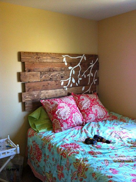 Respaldo de cama con un pequeño diseño pintado.   DORMITORIOS ...