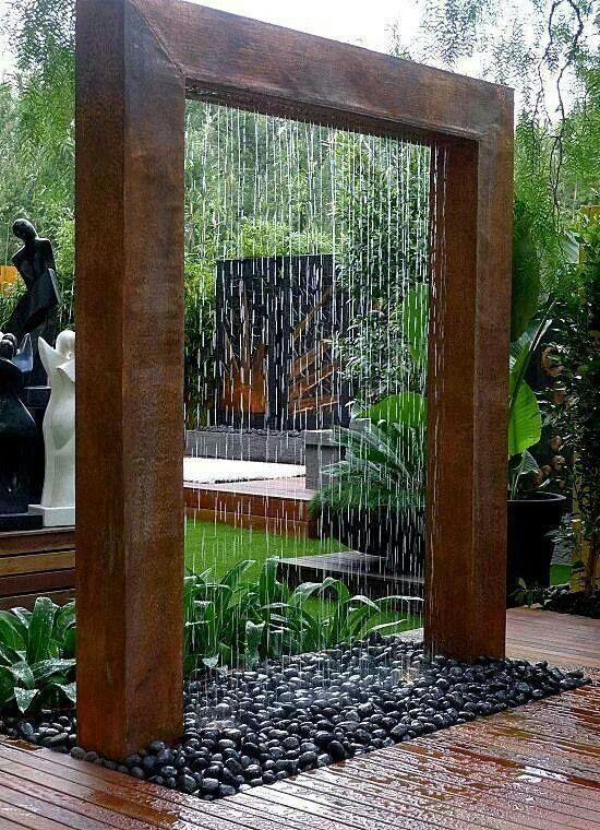 Vesiputous. Teknisesti aika yksinkertainen toteutettava, mutta vaikuttava idea. Ajattele, miltä osa puutarhaa voisi näyttää tällaisen läpi!