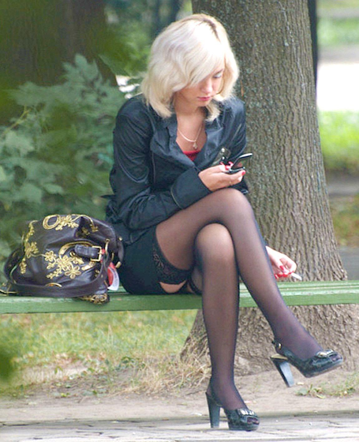 фото женщины в колготках на улице показывают пизду