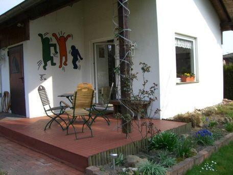 Kleine Terrasse am Haus mit Terrassenfliesen Bergo XL in terracotta