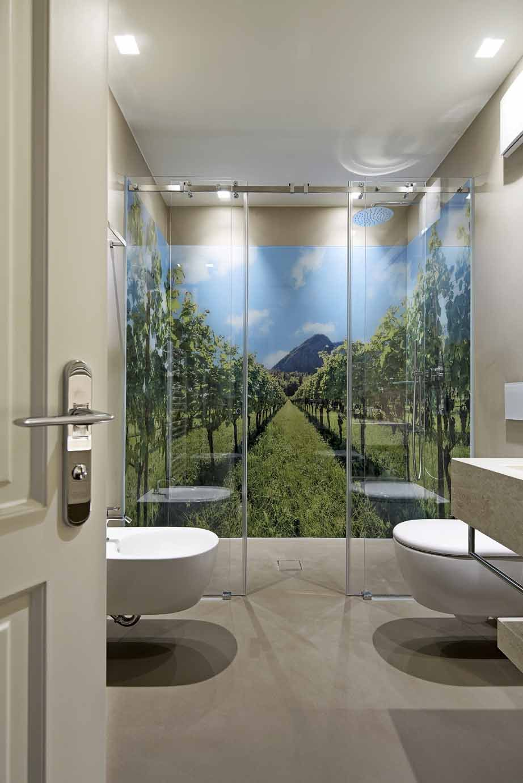 Hotel Stroblhof in Eppan, 3D Drucke im Duschbereich gestaltet von ...
