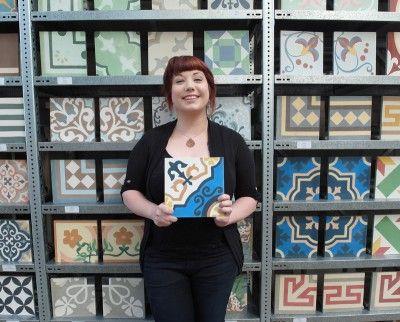 sarah kroh im showroom der mos ico zementfliesen. Black Bedroom Furniture Sets. Home Design Ideas