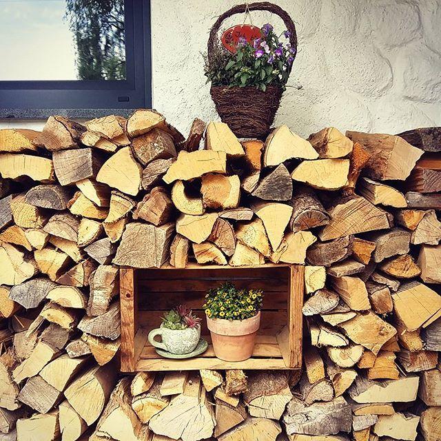 Die liebe @bikinitine hat heut so ein tolles Foto gepostet! Da zeig ich euch auch mal unseren Holzstapel vorm Haus! #fraeulein_bunterkunt #home #holzstapel #vormhaus #dekoeingangsbereichaussen