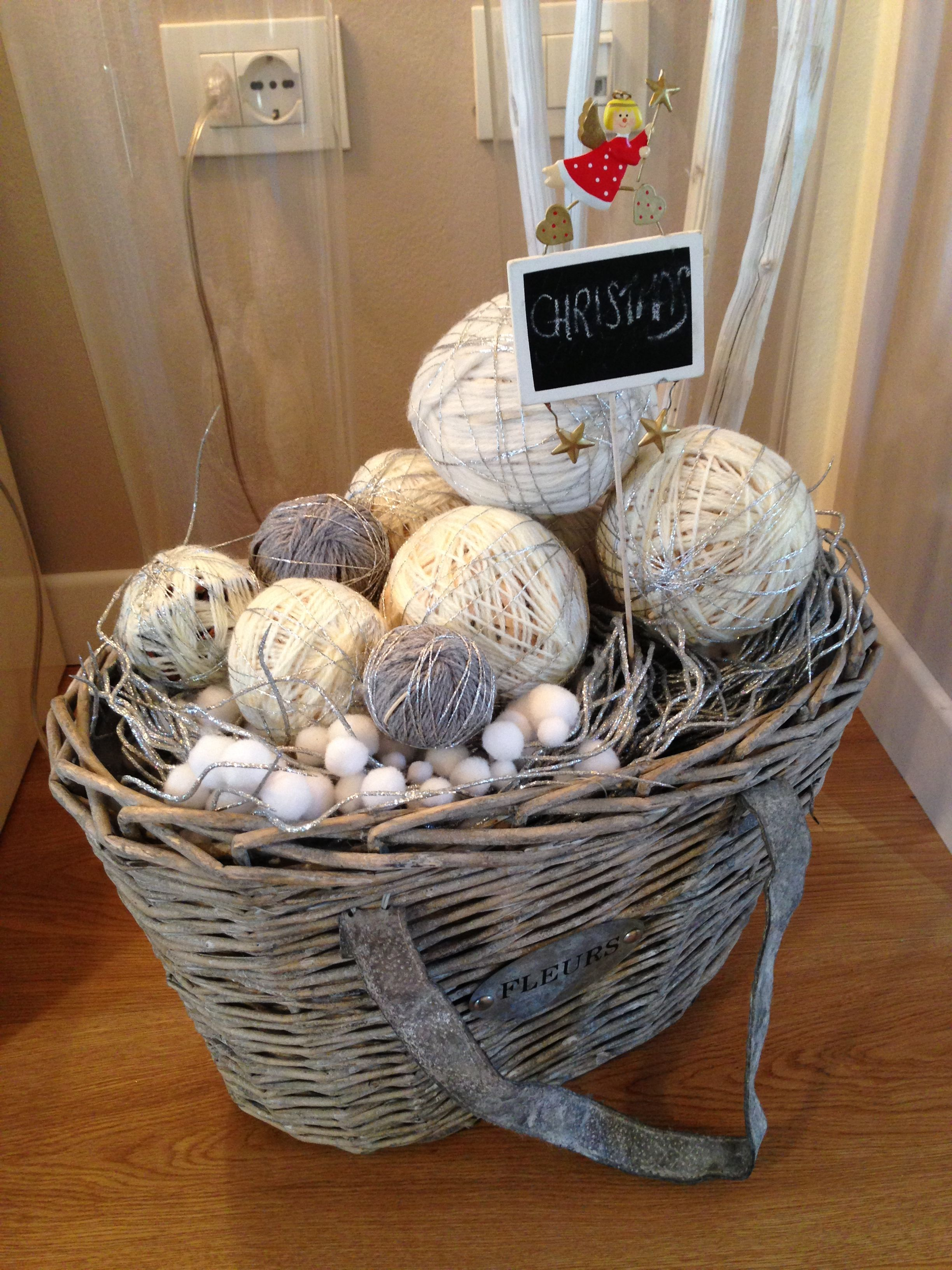 Cesta natalizia con palline di lana