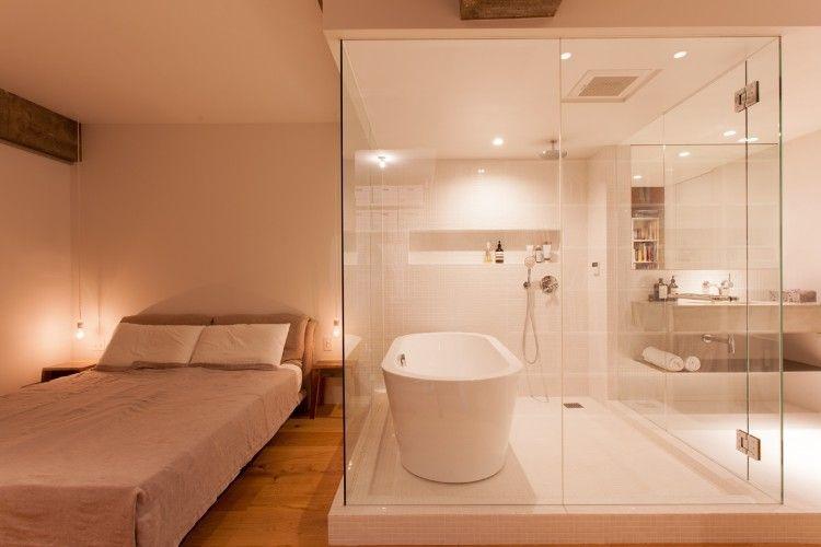 ホテルライクなベッドルームとバスルーム ガラス壁は浴室の使用後に
