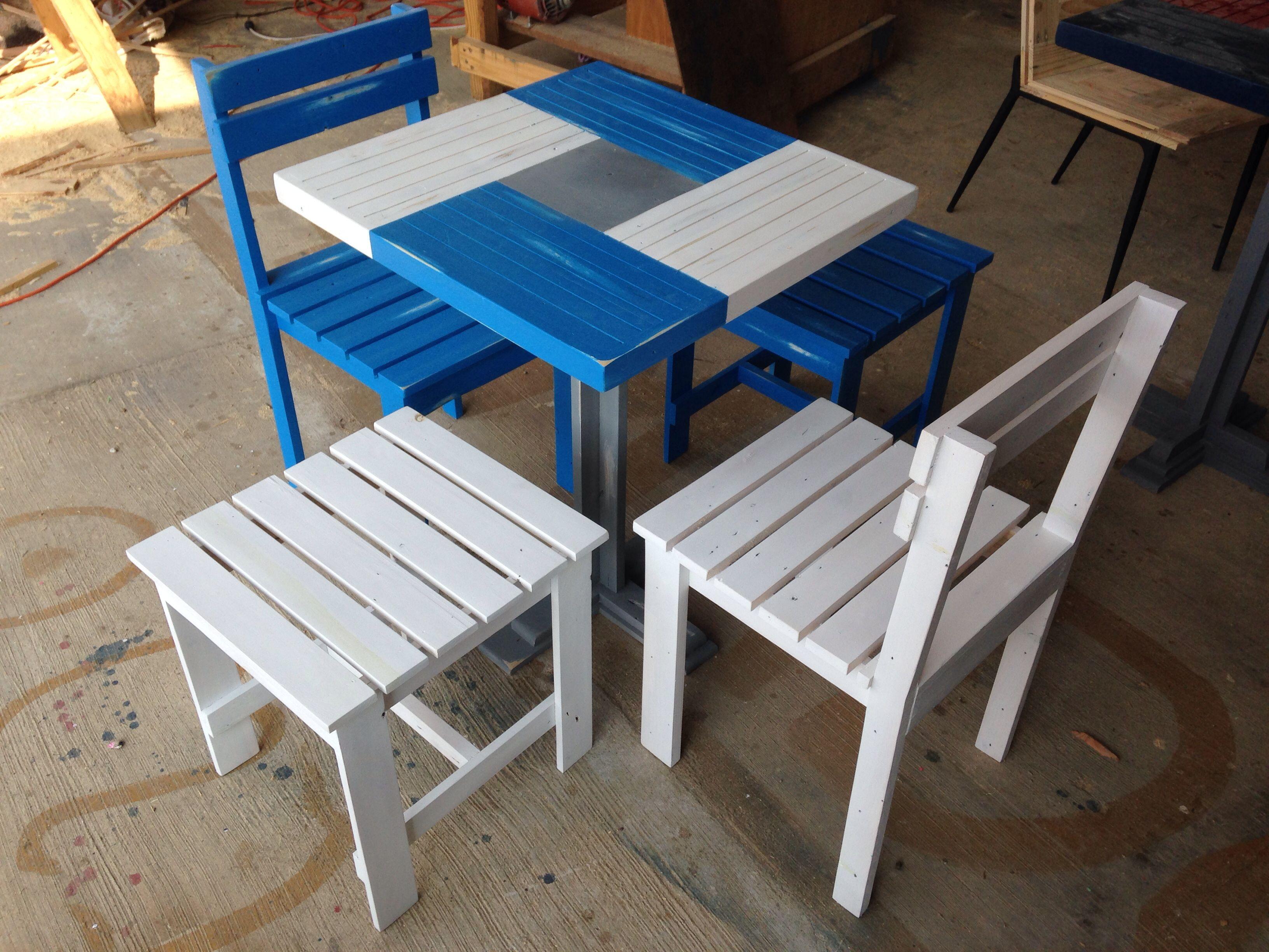Juego de mesa 2 sillas y 2 bancos en madera reciclada for Mesas y sillas de madera
