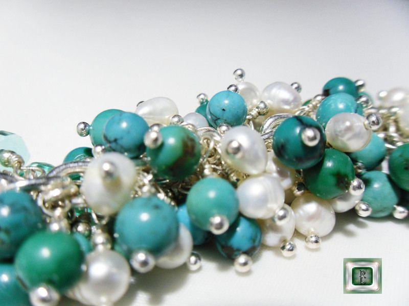 Chaîne argent925/1000 maille forçat 4mm;  Perles de turqoises,perles de culture blanches.  Fermoir mousqueton argent massif 1 cm.  E crin 16x16 cm...