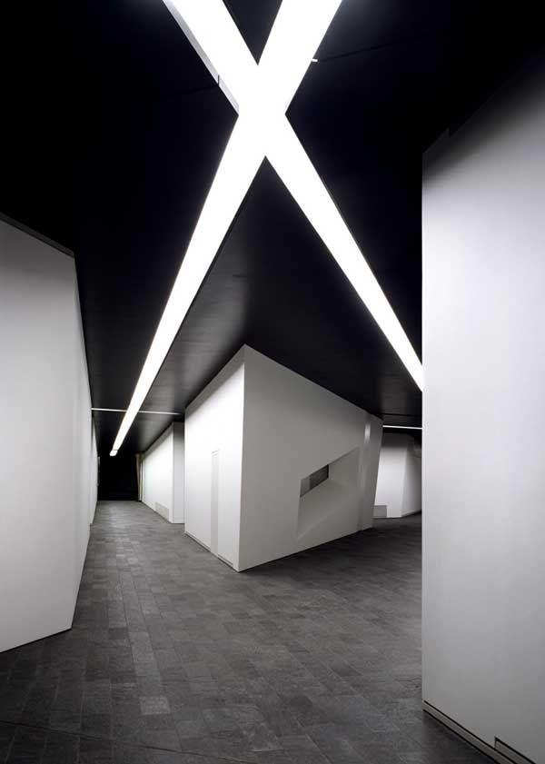 Arkitekt Daniel Liebeskind  Anbefaler alle som er i Berlin å ta turen til det jødiske museet. Her er ingen vegger eller gulv rette, du kan gå inn i et totalt mørkt rom, du får en opplevelse av jødene i eksil, får mye historisk levendegjort - en opplevelse!!