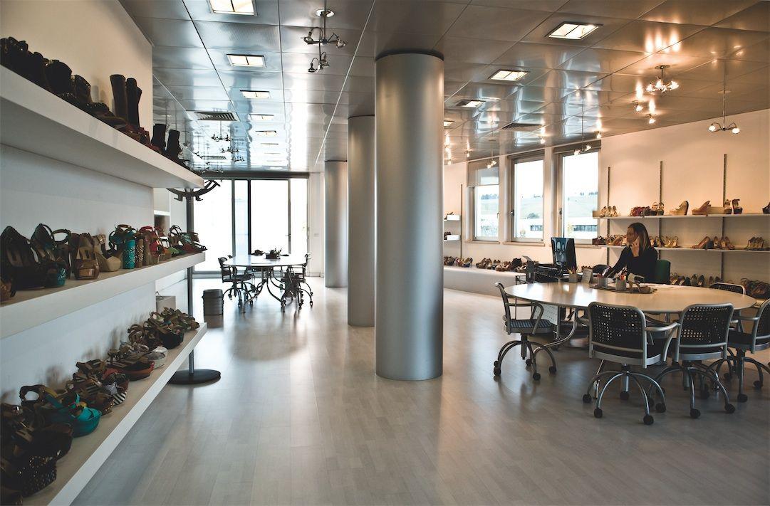 Il nostro showroom dal design elegante e raffinato dove sviluppiamo idee ed innovativi concept che trasformiamo nelle calzature che indossate!