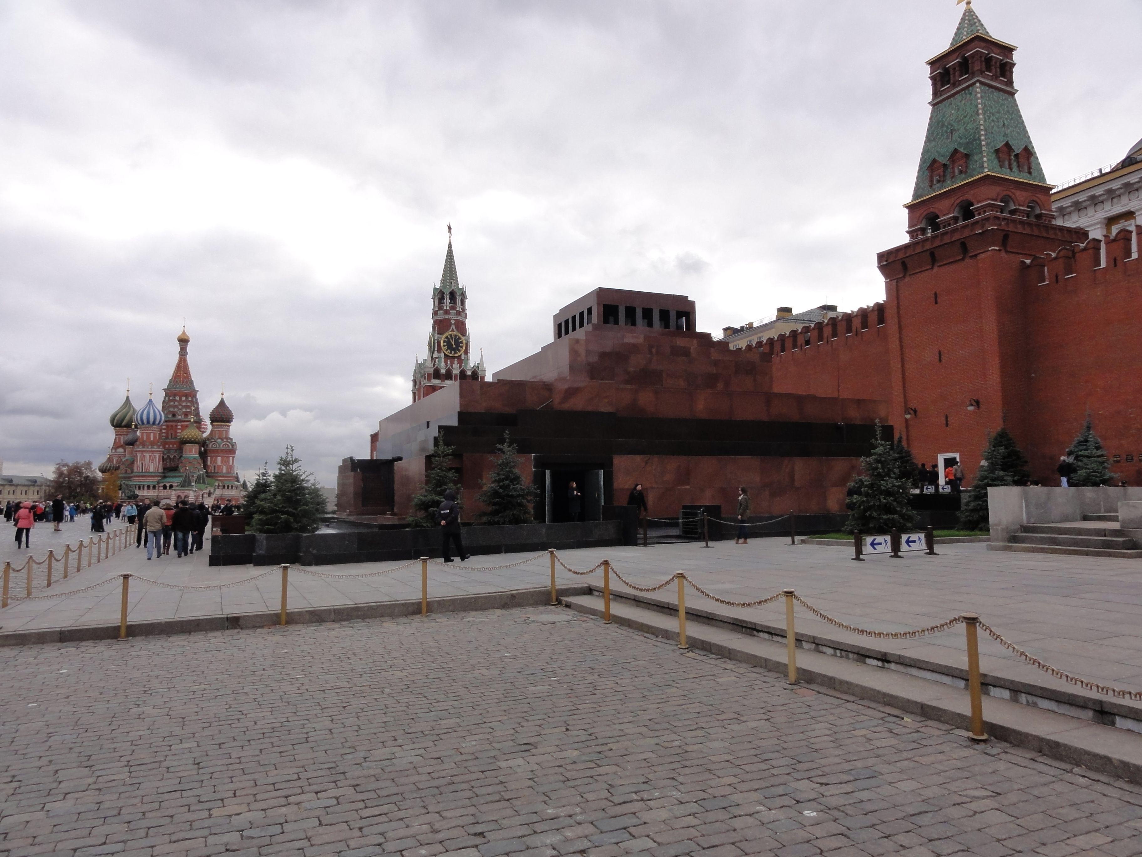 Het Rode Plein met het mausoleum van Lenin op de voorgrond en voor de muren van het Kremlin en de Basilius kathedraal op de achtergrond.