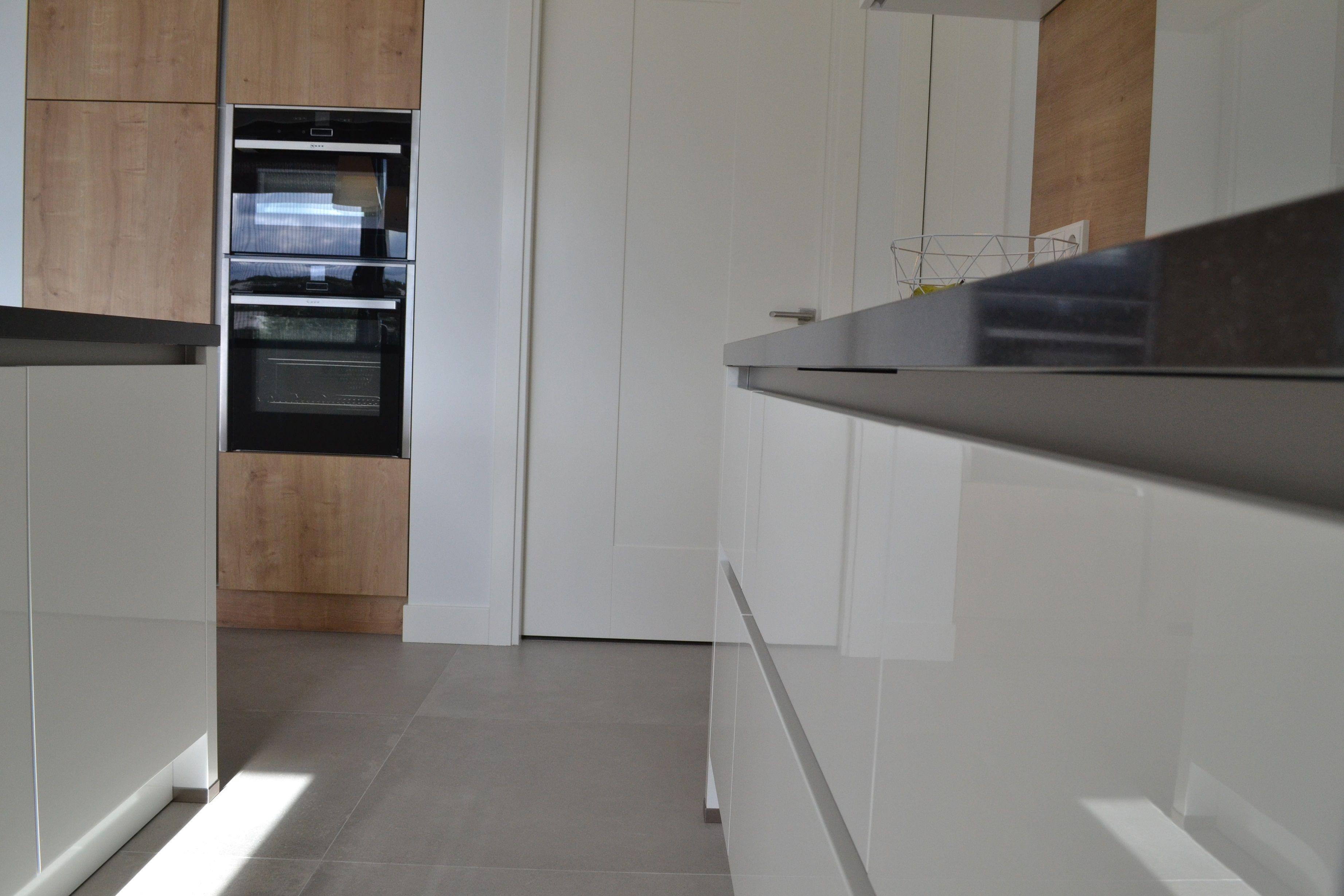 Greeploze Strak Witte Hoogglans Keuken In Combinatie Met Hout Witte Hoogglans Keuken Keuken Witte Keuken