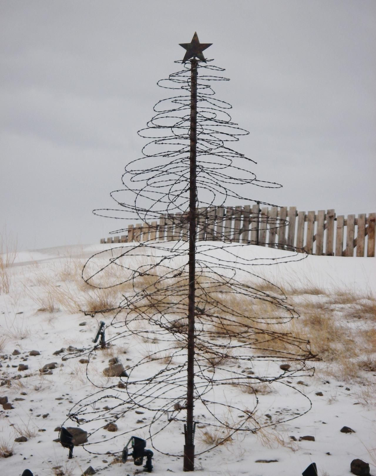 8 ft barbed wire tree Alambre reciclado. Pinterest