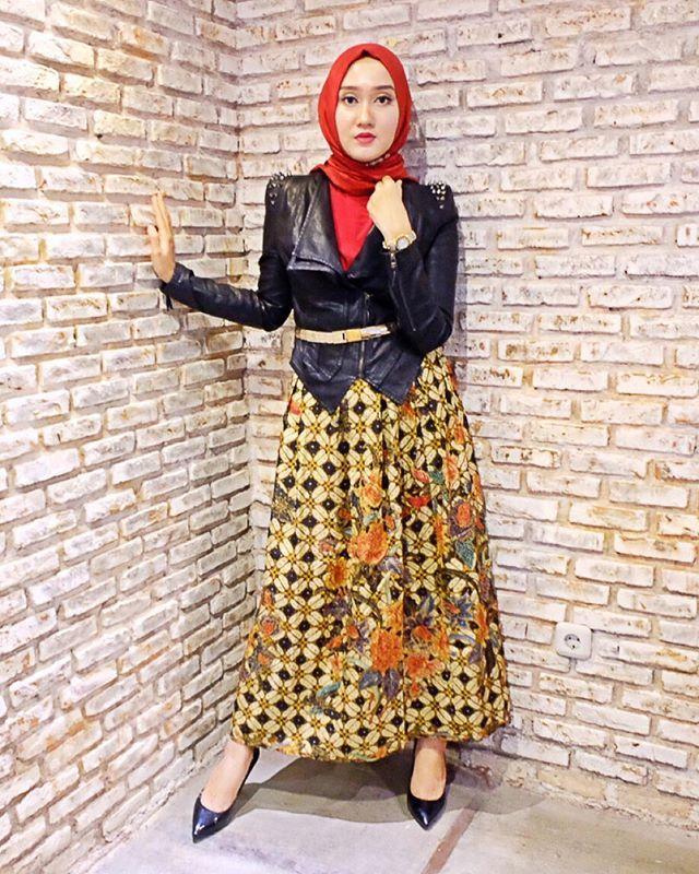 1b9937a439 From the press conference with  heya.qa yesterday ❤ Still in the mood of  Batik Day! Wearing  dianpelangicom classic batik skirt Was so occupied that  I ...