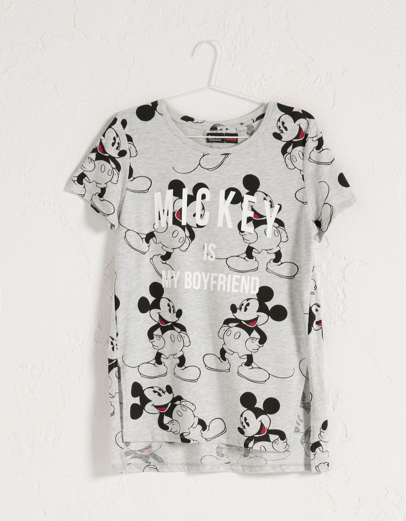 ceb7e155 T-shirt BSK imprimé all over Mickey Mouse. Découvrez cet article et  beaucoup plus sur Bershka, nouveaux produits chaque semaine.
