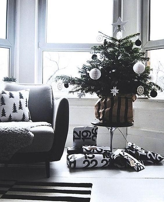¿Y si la Navidad no Es Roja y Verde?…  Decora tu hogar en tonos Blancos y Negros para esta Navidad  http://cursodedecoraciondeinteriores.com/y-si-la-navidad-no-es-roja-y-verde-decora-tu-hogar-en-tonos-blancos-y-negros-para-esta-navidad/  #¿YsilaNavidadnoEsRojayverde?...DecoratuhogarentonosBlancosyNegrosparaestaNavidad #arboldenavidadenblancoynegro #arbolesdenavidadennegroyoro #decoraciónnavideñaconestilo #decoraciónnavideñaenblancoynegro #decoraciónnavideñoestilonordico