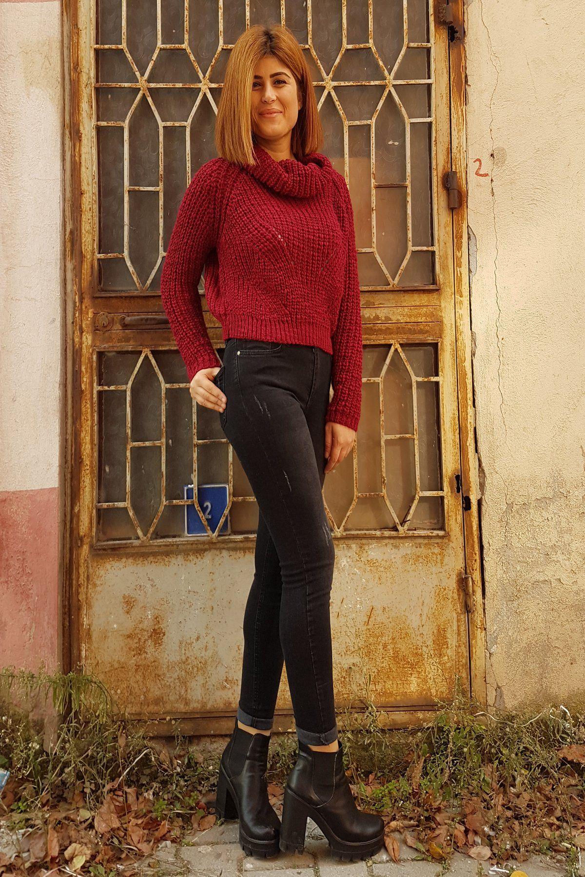 Düşük yakalı kırmızı cepli örgü bayan kazak