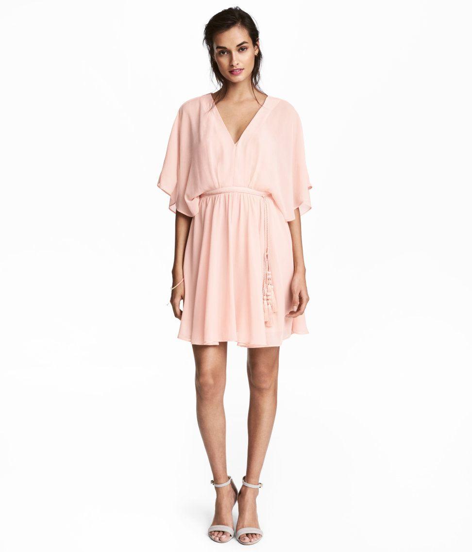 puderrosa. en kort klänning i krinklad chiffong med vid