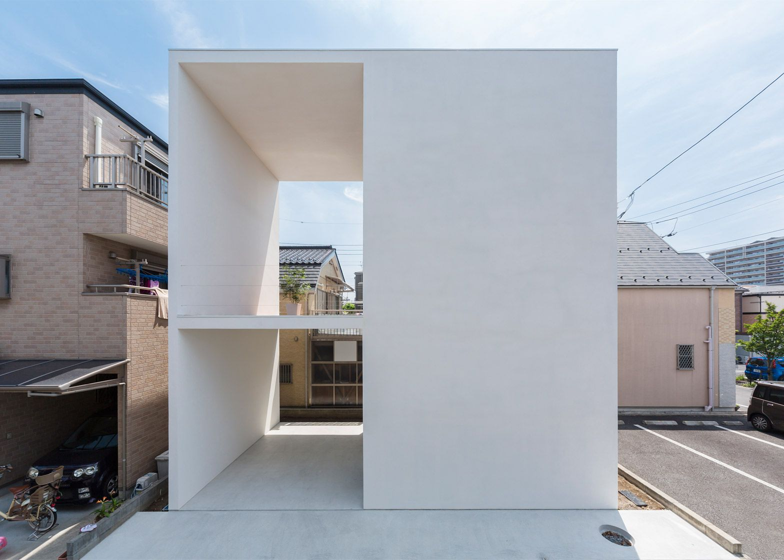 Two patios cut through Little House Big Terrace | Yamamoto, Patios ...