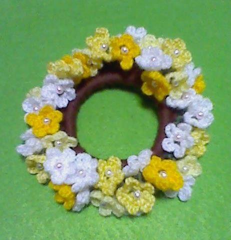 春のお花シリーズのシュシュが出来上がりました♪シュシュいっぱいに白、イエロー系の3色のお花を一面に咲かせました♪ブレスレットにして...|ハンドメイド、手作り、手仕事品の通販・販売・購入ならCreema。