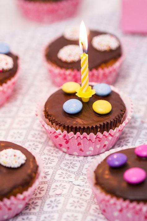 Rezept für leckere Geburtstagsmuffins. Sie schmecken schokoladig, sind richtig saftig und durch die Süßigkeiten-Verzierung machen sie auch optisch was her