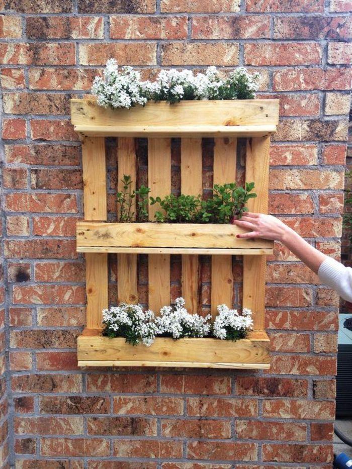 1001 tutoriels et id es pour fabriquer une jardini re en palette jardiniere en palette mur. Black Bedroom Furniture Sets. Home Design Ideas