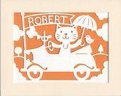 Crèche personnalisé de lArt chat lunatique dans une voiture Papercut décor de chambre denfant bébé nom Art Art mural enfant Design Illu...