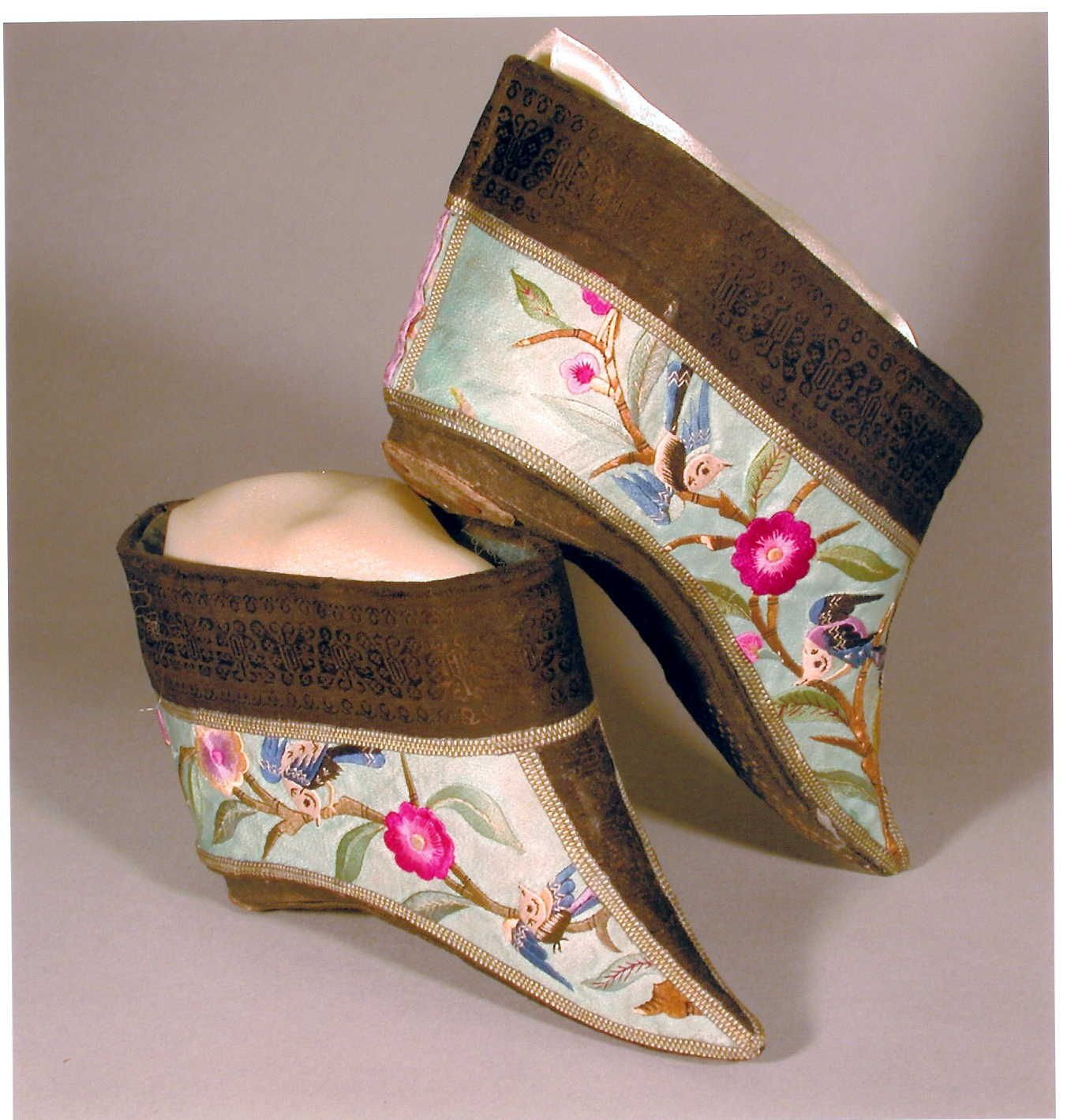 Foot binding excruciating beauty lotus china and for Beautiful binding