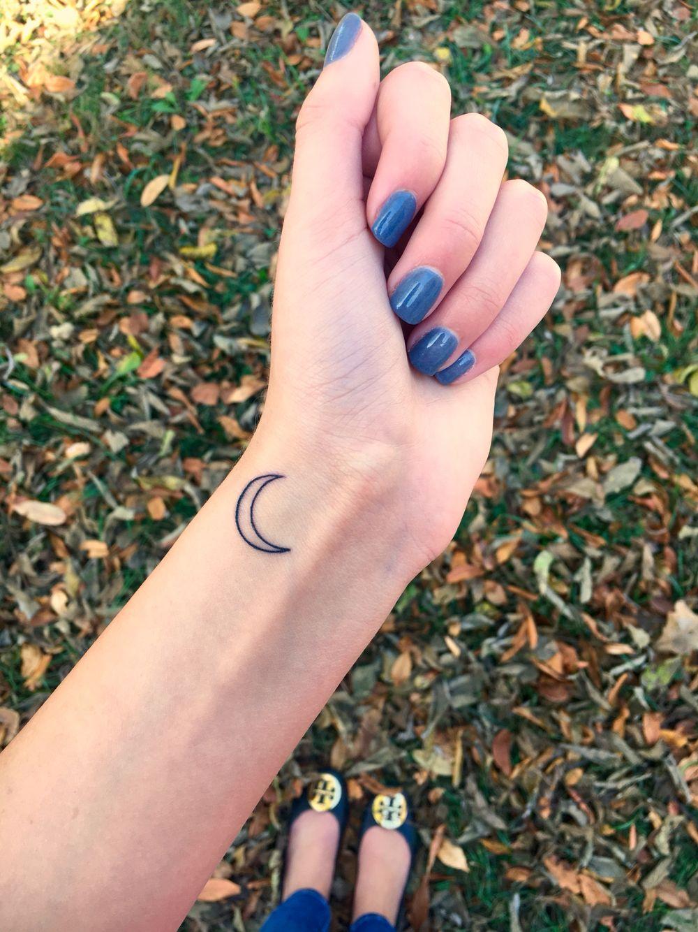 Crescent moon wrist tattoo Pequeños tatuajes de luna