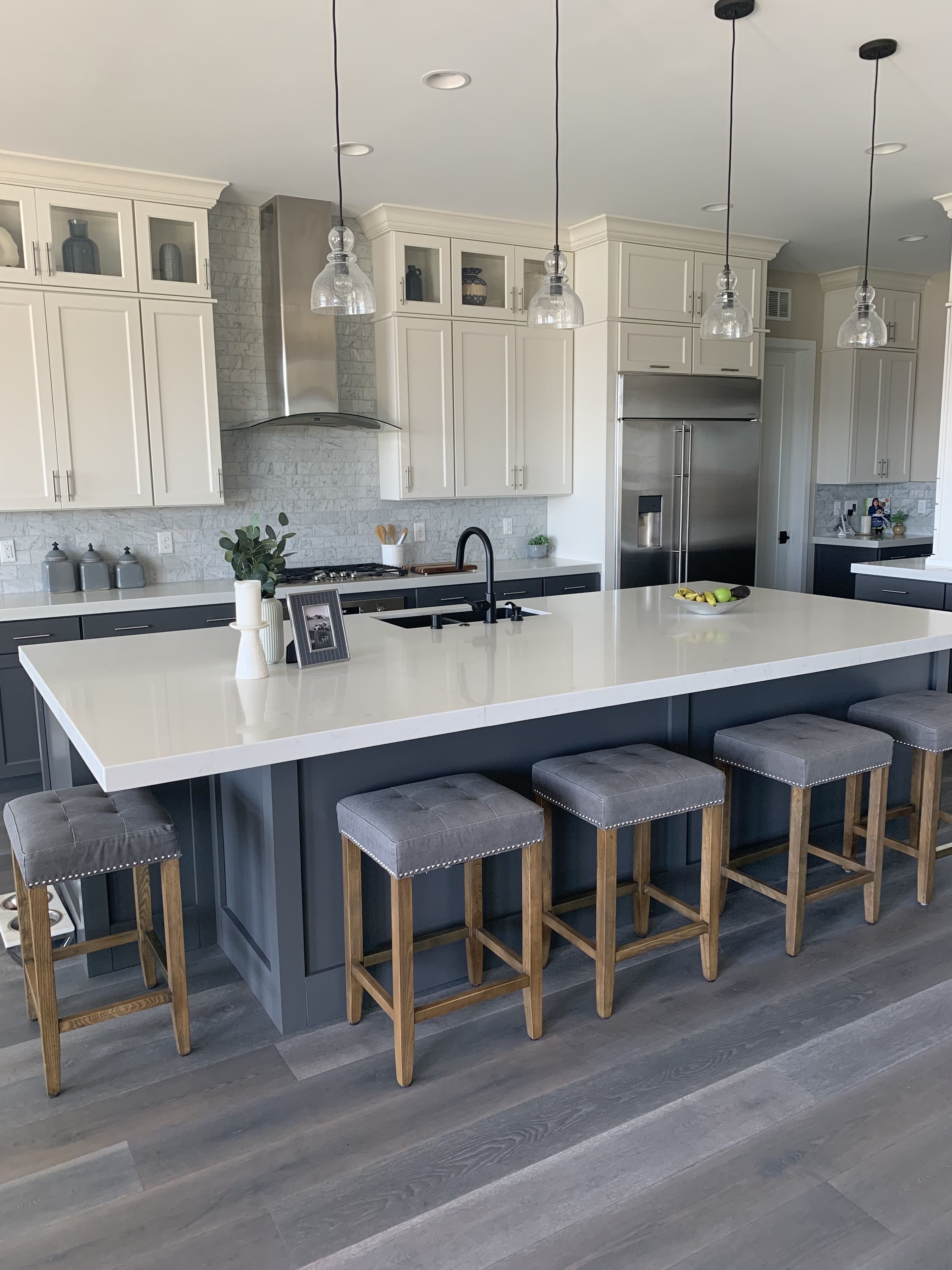 Modern Farmhouse White Upper Cabinets Dark Grey Lower And Island Black Sink An In 2020 House Design Kitchen Black Kitchen Island Open Plan Kitchen Living Room