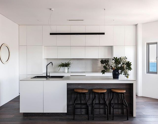 And The Kitchen Isn T Bad Either A 29 Year Old Bought Actor Simon Baker S North Bondi Pad On The Home Decor Kitchen House Design Kitchen White Modern Kitchen