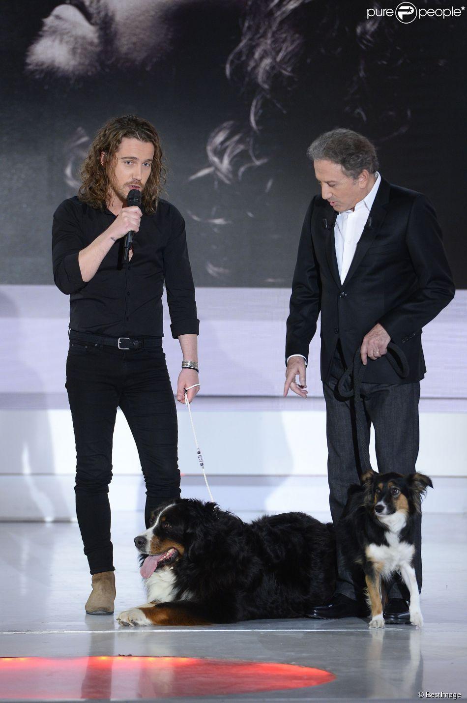 Julien dor et son chien michel drucker et sa chienne isia lors de l