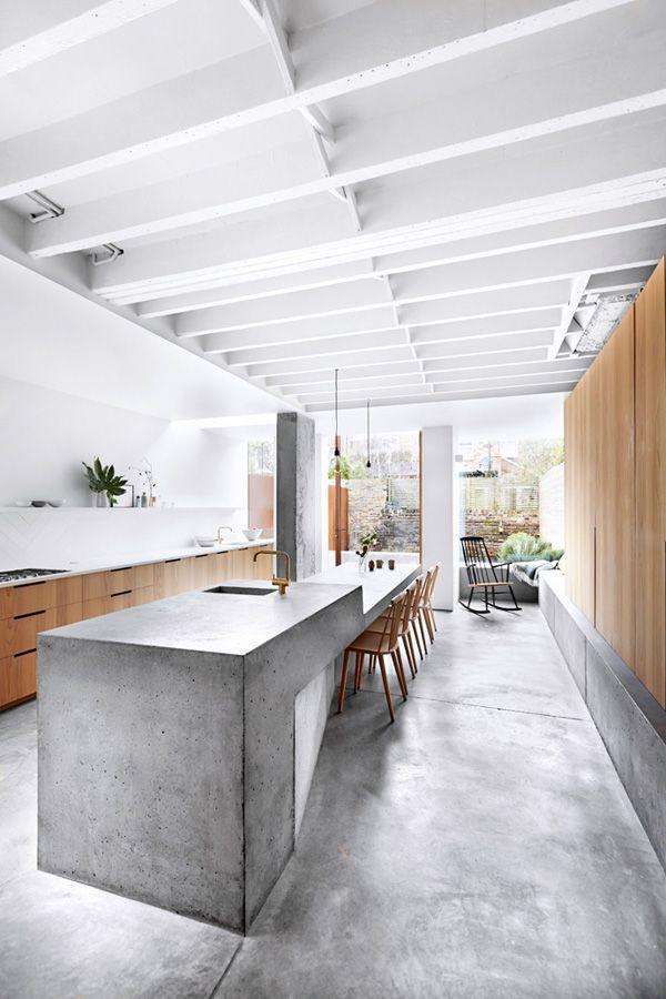 Küche In Einem Beton Holz Mix, Helle Küche Mit Betonboden Und Betoninsel,  Offene Und Helle Wohnküche Mit Esstisch, Küchenideen, Moderne Küche