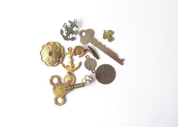 Altered art vintage craft pack: 11 metal pieces including broken jewellery, keys. Supply for collage, jewellery making, steam punk.