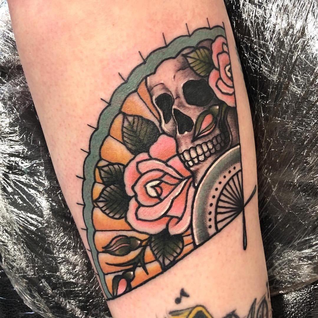 Snob Tatuaje En Instagram Ventilador De La Mano Del Tatuaje Por Pollytaylortattoos En Fan Tattoo Tattoos Body Art Tattoos