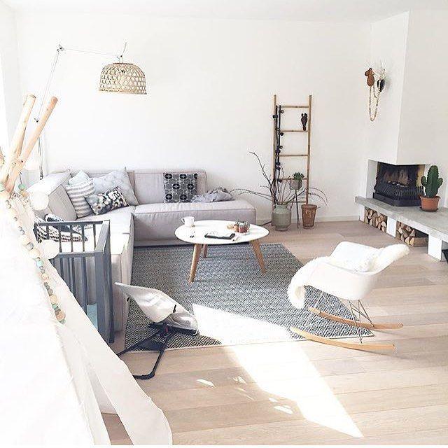 Salon scandinave tapis géométrique blanc gris bois rocking chair ...