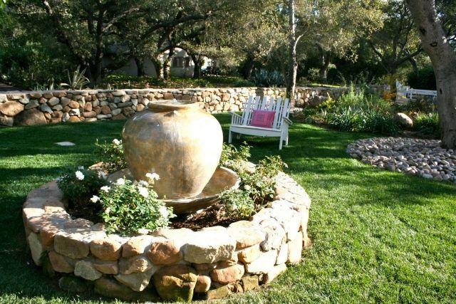 Garten Brunnen Stein Ideen Großes Gefäß Hochbeet Blumen