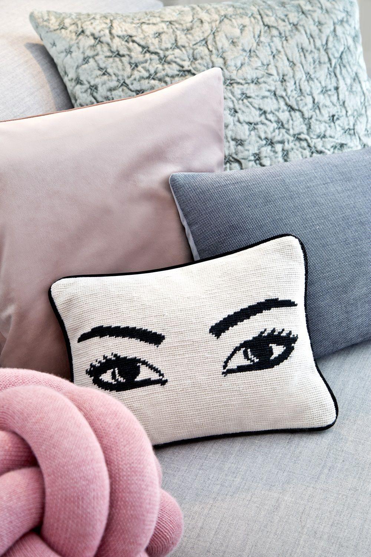 2 Trends Auf Einer Couch Die Cute Eyes Und Das Rosa Knot Kissen