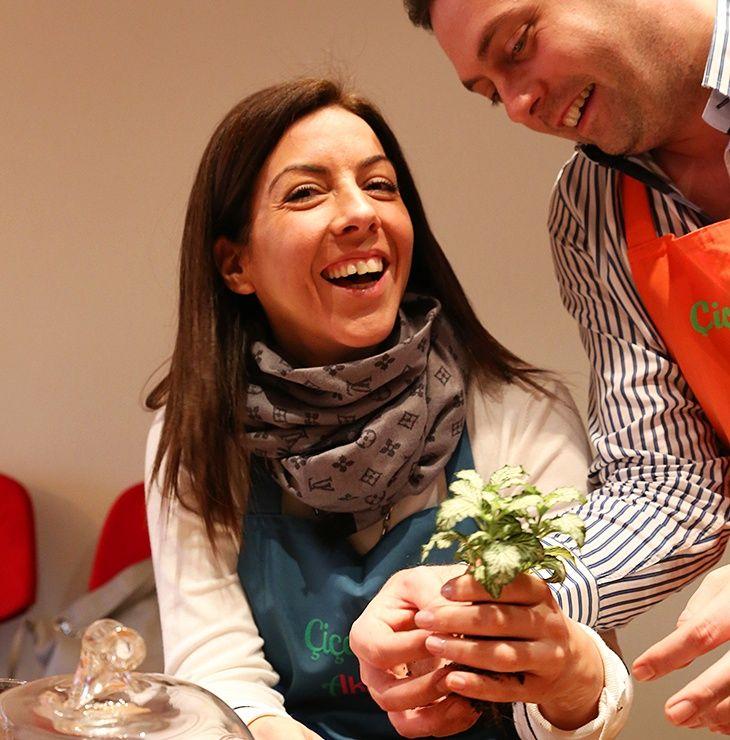Küçük mutluluklar bizi birbirimize sımsıkı bağlayan... 7 Ocak Terrarium Atölyemiz ile ilgili bilgi almak için: 0216 445 4652 ya da info@cicekakademi.com #terrarium #terrariumworkshop #teraryumatolyesi #çiçek #çiçektasarımı #flowerschool #cicekcilikegitimi