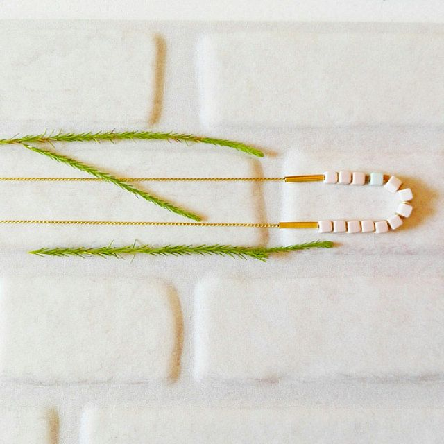 Minimalist jewelry. Beautiful tags and clay por CuentaseHistorias