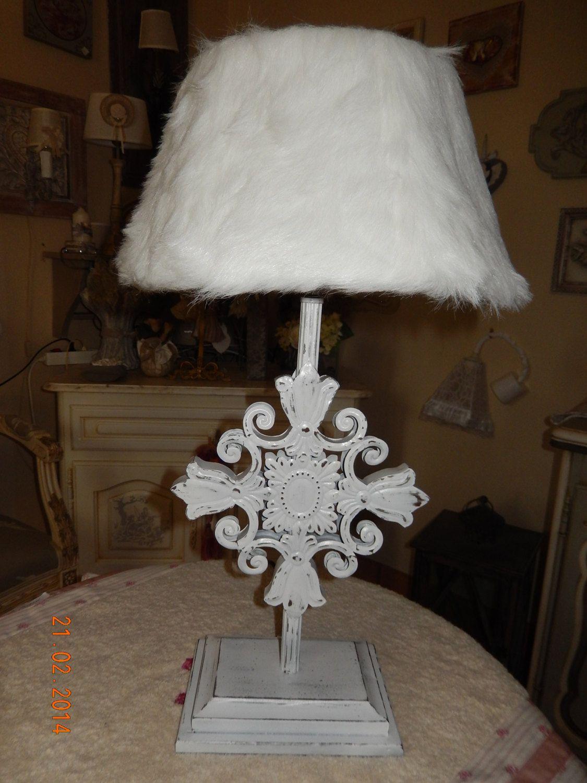 lampe poser pied en m tal d coup patine blanche et abat jour en fourrure blanche de la. Black Bedroom Furniture Sets. Home Design Ideas