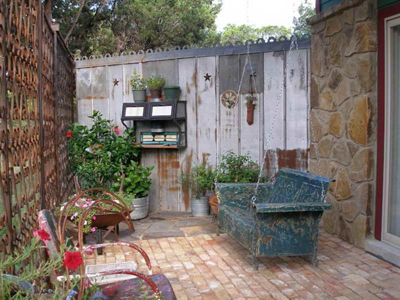 Small courtyard ideas and photos 18 photos of the for Decoracion patios pequenos