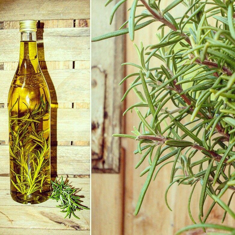 Mediterranes Bio-Rosmarinöl kannst Du ganz leicht selbst machen: Rosmarinzweige mit Bio-Olivenöl in eine luftdichte Flasche geben und bis zu sechs Wochen an einem dunklen und kühlen Und lagern.