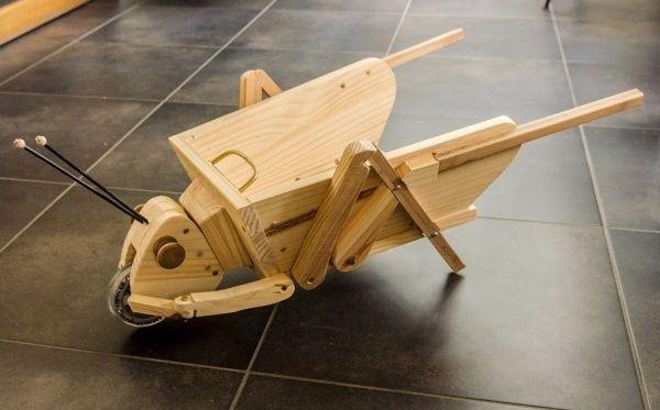 Jiminy Brouette par jeplor - Jiminy Brouette est un jouet à pousser très léger et très maniable avec une roue de trottinette à l'avant. Les antennes sont souples, réalisées avec de la gaine de câble de vélo et protégées à leur extrémité...