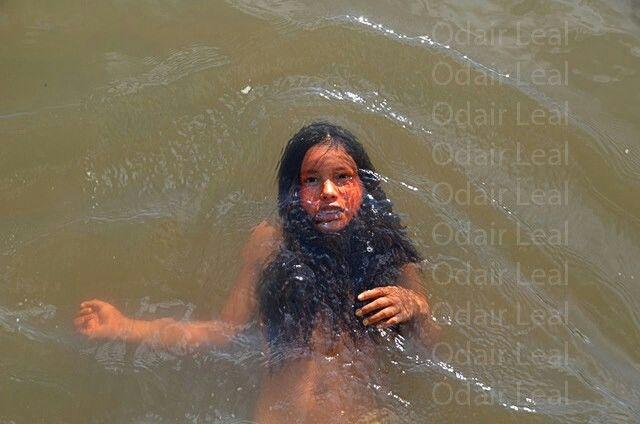 Yawanawá - Índia mergulhando nas águas turvas do Rio Gregório no Acre, sul da amazônia.